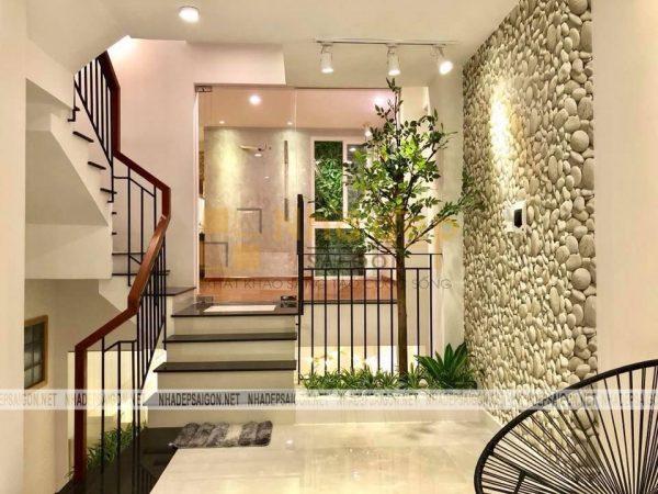 Không gian cầu thang kết hợp với tiểu cảnh mang lại sự tươi mới cho ngôi nhà