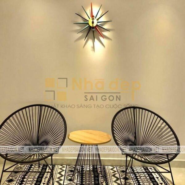 Bộ bàn ghế với thiết kế khá độc đáo được đặt ở gác lửng ngôi nhà