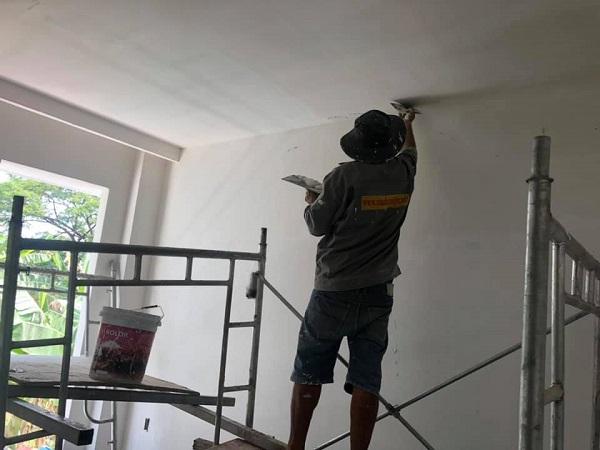 Đội ngũ nhân công đang tiến hành hoàn thiện ngôi nhà