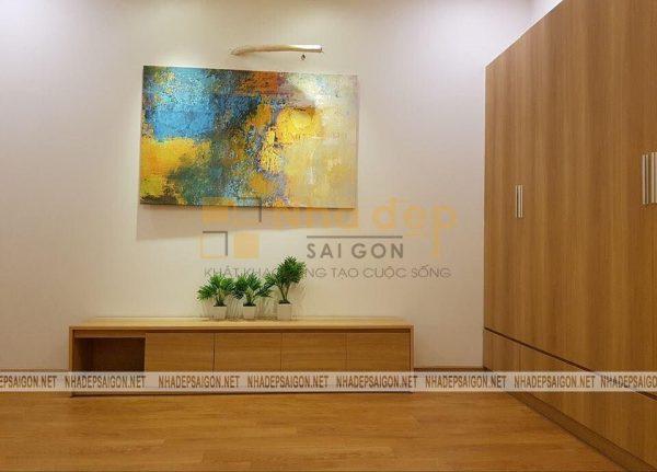 Bức tranh với hình vẽ đa chiều mang lại cảm giác ấm áp cho căn phòng