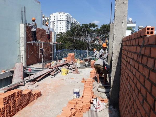 Tiến hành xây tường bao cho ngôi nhà