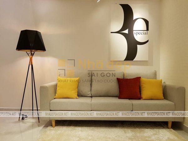 Bộ sofa cùng việc trang trí các bức tranh, ảnh trên tường, thảm trải chân giúp căn phòng có thêm tính thẩm mỹ và sang trọng