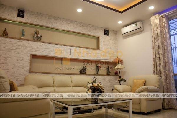 Không gian phòng khách được đẩy lên tầng 2 với thiết kế màu sắc nhã nhặn và hiện đại