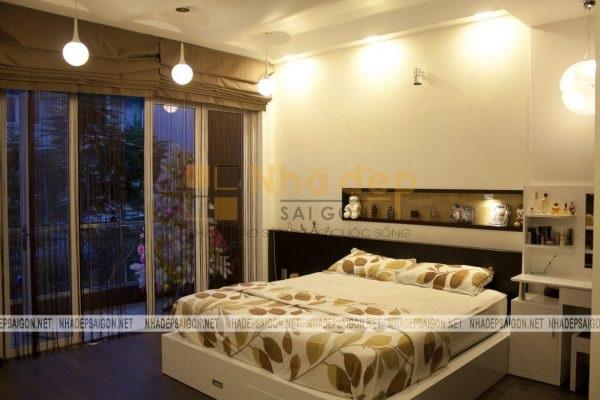 Không gian phòng ngủ được đặt cạnh ban công rộng lớn, mang lại cảm giác thoải mái và dễ chịu