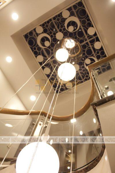 Khu vực giếng trời của ngôi nhà được thiết kế với nhiều bóng đèn hình tròn mang lại vẻ đẹp lung linh cho ngôi nhà