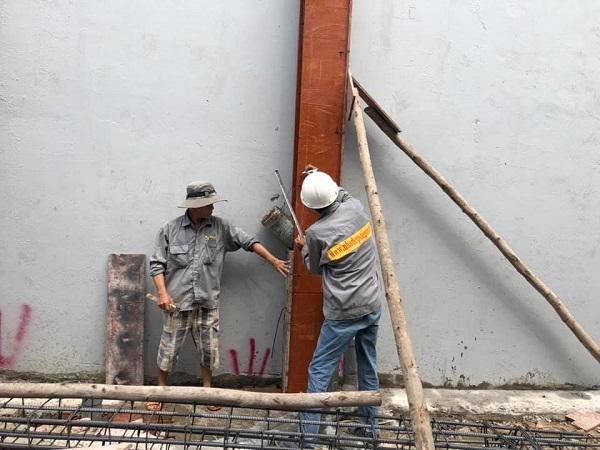 Đội ngũ nhân công đang chuẩn bị cho việc đổ cột trụ để lên thêm tầng