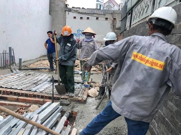Đội ngũ nhân công đang tiến hành đổ bê tông cho ngôi nhà