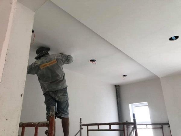 Thợ thi công đang tiến hành sơn lót tường, trước khi bước vào những phần việc hoàn thiện khác
