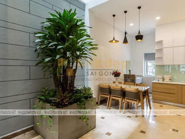 Khu vực bàn ăn được thiết kế nhỏ gọn và được bố trí một cửa sổ nhỏ để căn phòng không bị ám mùi thức ăn