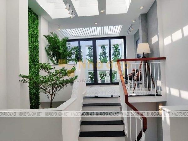Không gian ngôi nhà với đầy cây xanh mang lại cảm giác mát mẻ, trong lành cho ngôi nhà