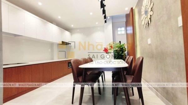 Không gian phòng bếp, màu trắng và nâu của gỗ là 2 màu chủ đạo của ngôi nhà