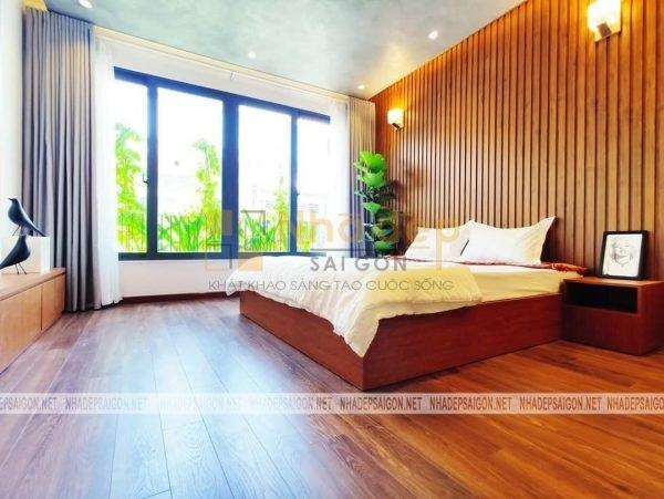 Để tạo sự mát mẻ cho ngôi nhà, anh Mạnh cũng như bộ phận thiết kế đã sử dụng sàn gỗ cho phòng ngủ, mang lại cảm giác thư giãn hơn.