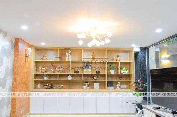 Trên tủ tường được bố trí những đồ vật với kích thước vừa tầm, mang lại sự hài hòa cho căn phòng