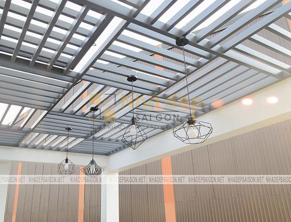 Không gian sân thượng được thiết kế với những chiếc đèn sử dụng những hình khối không gian hình học mang lại nét ấn tượng