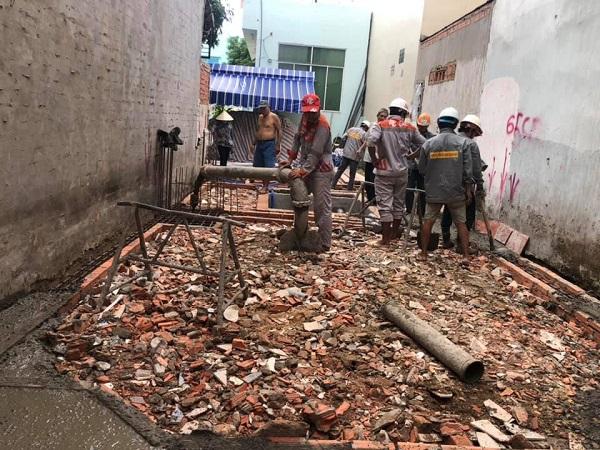 Nhân công đang tiến hành đổ bê tông cho phần móng