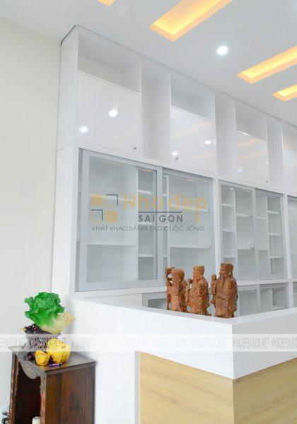 Hệ thống tủ được sử dụng màu trắng làm chủ đạo mang lại không gian sạch sẽ