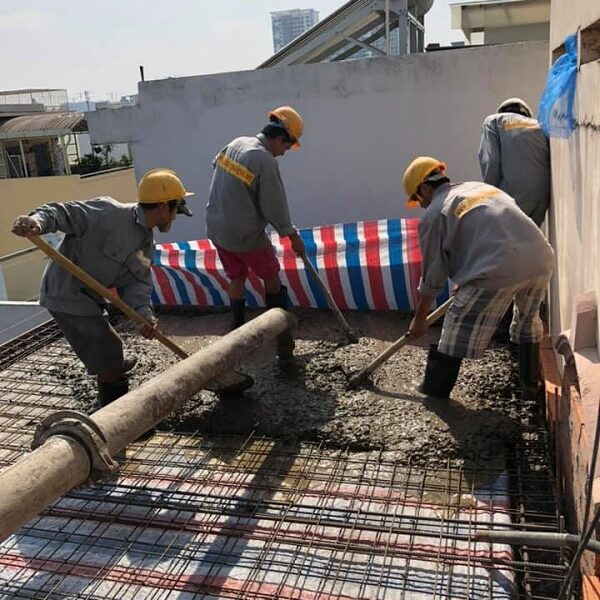 Nhân công đang tiến hành việc đổ bê tông để lên thêm tầng cho gia chủ