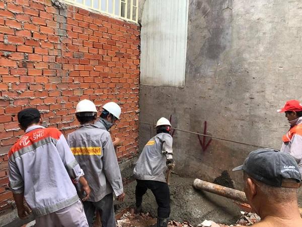 Đội ngũ nhân công của Nhà Đẹp Sài Gòn đang tiến hành đổ bê tông móng cho ngôi nhà