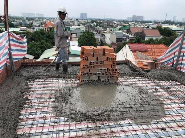 Đổ bê tông sân thượng sau khi đã đan thép xong