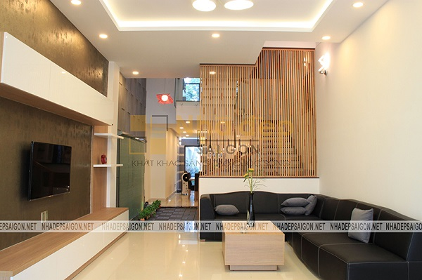 Không gian phòng khách với nội thất đơn giản, bộ sofa là điểm nhấn cho căn phòng