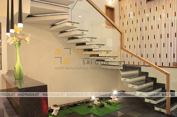 Khu vực tiểu cảnh được đặt ở ngay chân cầu thang vừa có thể tiết kiệm diện tích, vừa mang một chút điểm khác lạ hơn cho không gian nhà phố