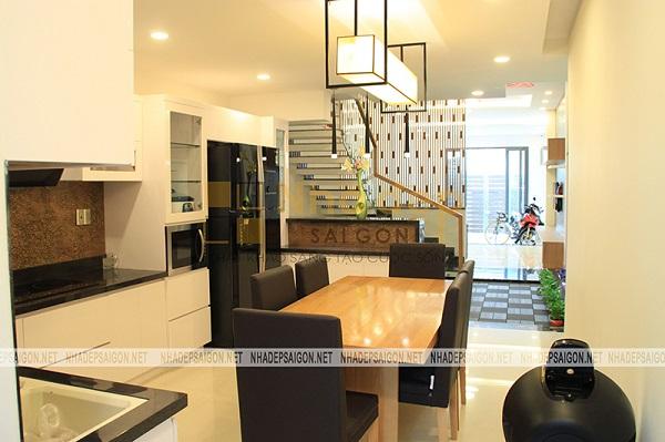 Khu vực bà ăn và bếp được thiết kế lấy 2 màu chủ đạo tương phản là trắng và đen để tạo điểm nhấn cho ngôi nhà