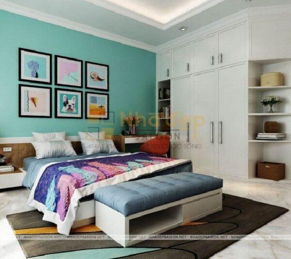 Phòng ngủ tứ 4 lại mang một phong cách nhẹ nhàng hơn khi sử dụng màu xanh nhạt kết hợp với bộ tủ màu trắng làm nổi bật lên bức tường đầu giường với một số bức tranh có chủ đề khác nhau.