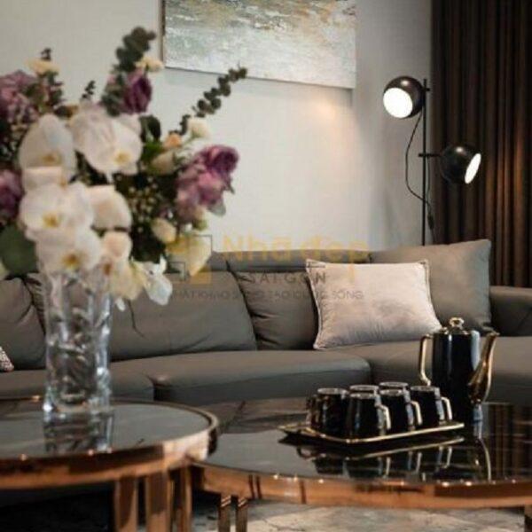 Bình hoa và bức tranh là điểm nhấn của phòng khách