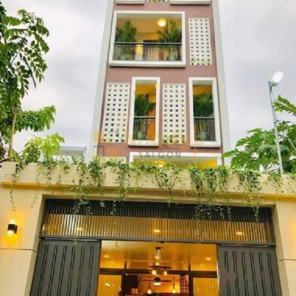 Mẫu nhà 6x15 - Mặt tiền ngôi nhà được sử dụng màu sáng kết hợp với nhiều ô cửa sổ tạo nên nét đặc sắc mặt tiền của ngôi nhà