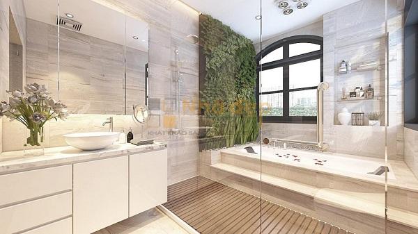 Phòng tắm được thiết kế rộng rãi với một bức tường cây xanh leo ngay cạnh bồn tắm, tạo nên không gian thư giãn