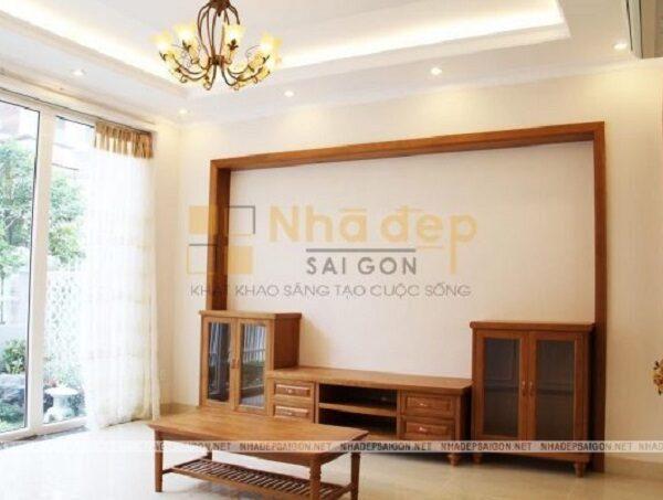 Phòng khách với nội thất bằng gỗ được thiết kế đơn giản