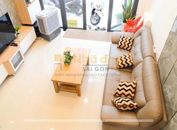Không gian phòng khách nhìn từ trên cao với thiết kế nội thất tối giản để tạo thêm không gian sinh hoạt cho cả gia đình