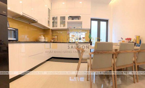Toàn cảnh không gian bếp và phòng ăn với màu trắng là màu chủ đạo