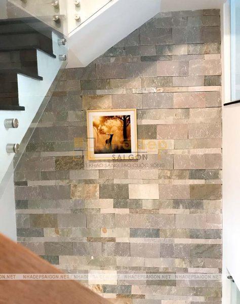 Cầu thang sử dụng kính cường lực tạo cho không gian rộng và thoáng hơn so với diện tích thực tế