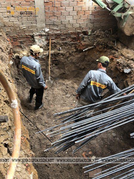 Đội ngũ nhân công và kỹ sư của Nhà Đẹp Sài Gòn tiến hành việc làm móng cho ngôi nhà