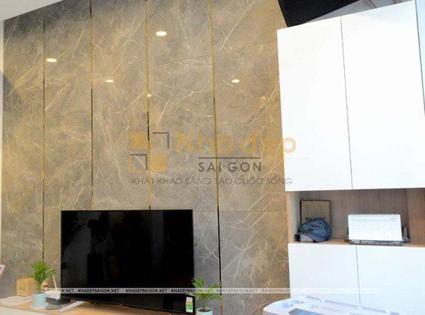 Thay vì việc dùng kệ tủ để trang trí thì bộ phận thiết kế cho ngôi nhà đã dùng gạch để trang trí tạo điểm nhấn cho phòng khách