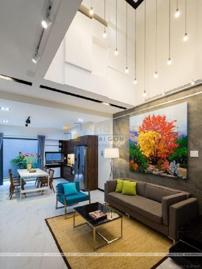 Bộ ghế sofa kết hợp với chiếc bàn hình chữ nhật hoặc hình vuông luôn tạo điểm nhấn cho không gian phòng khách.