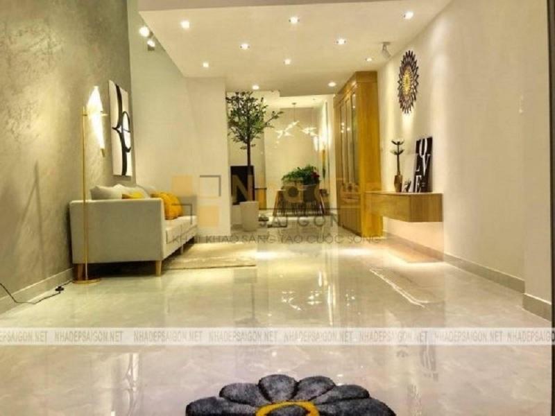 Căn phòng sử dụng đồng hồ treo tường để trang trí kết hợp với một số nội thất sáng màu