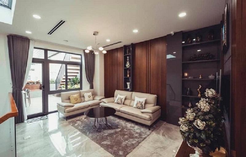 Với không gian phòng khách này, nhà phố trở nên sang trọng hơn rất nhiều với bộ bàn ghế sofa màu kem bằng da thật. Hệ thống tủ tường và sàn nhà thể hiện được không gian ấm cúng và gu thẩm mỹ cao cấp của chủ nhà