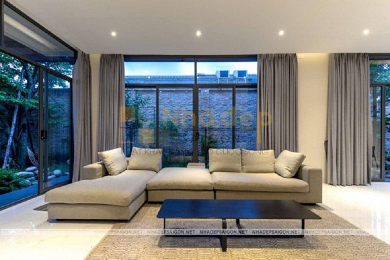 Trần thạch cao kết hợp với hệ thống cửa kính tạo nên phòng khách rộng rãi
