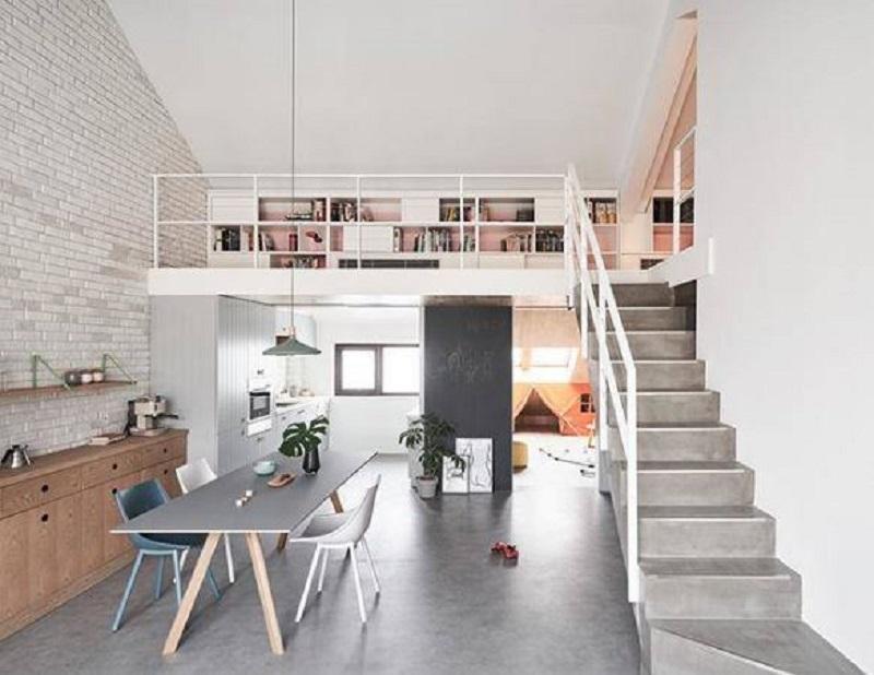 Ngôi nhà nhờ có chiều ngang rộng nên dù là nhà cấp 4 nhưng ngôi nhà vẫn thiết kế được 2 phòng ngủ, một phòng ở dưới và 1 phòng trên gác lửng. Nội thất sử dụng gam màu trung tính và đơn giản tạo nên không gian rộng rãi